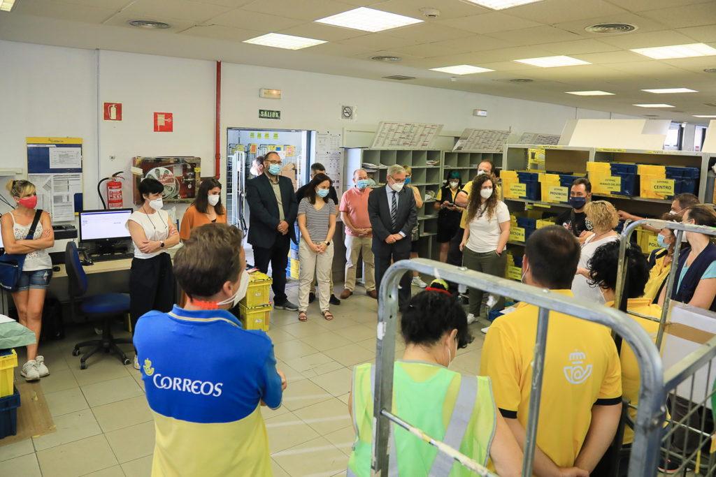 Visita de la alcaldesa a Correos